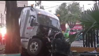 un trailer y una camioneta chocan en iztapalapa