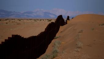 Una patrulla fronteriza circula cerca de la valla fronteriza en Yuma