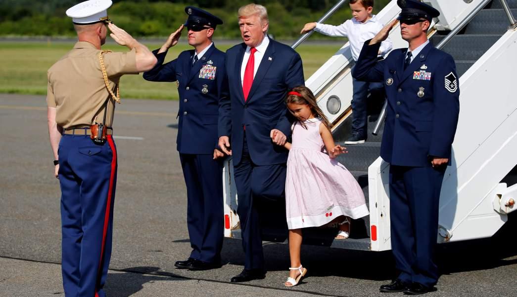 Trump empieza vacaciones mientras problemas crecen Washington