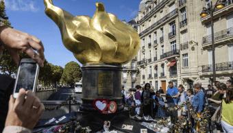 Flores y mensajes en honor de Diana en Paris