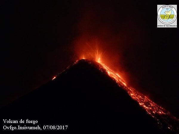 volcan de fuego de guatemala entra en erupcion