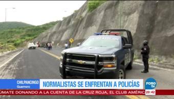 Normalistas se enfrentan con policías en Tixtla