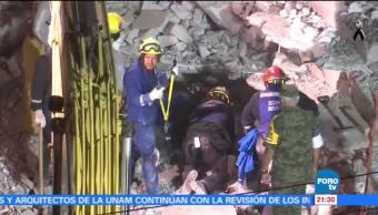 Continúan labores de rescate de una persona en la colonia Zacahuitzco