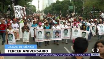 Marchan en la CDMX por los 43 normalistas desaparecidos