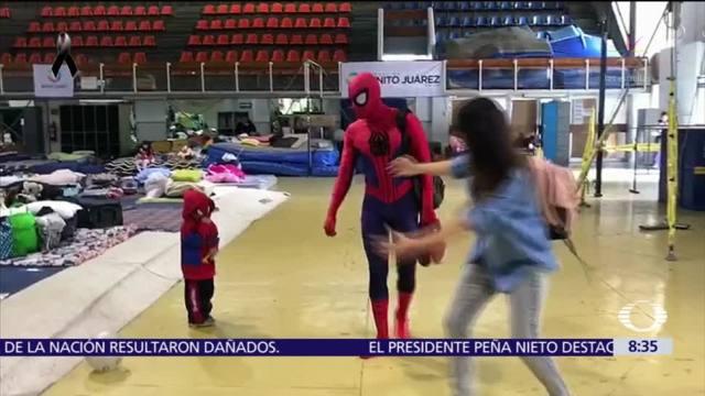 Batman y Spiderman visitan a niños en albergues de la CDMX