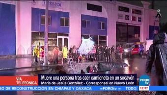 Una mujer desaparece luego de que camioneta cayó en socavón, en Monterrey