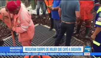 Recuperan cuerpo de mujer que cayó a socavón en Monterrey