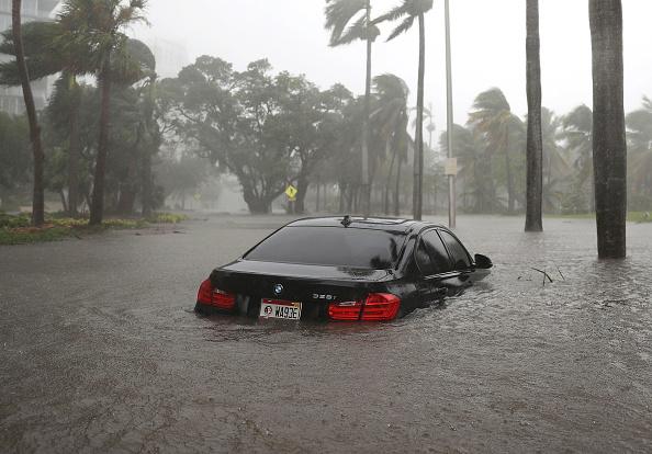 Huracán 'Irma' se degrada a categoría 2 mientras azota Naples