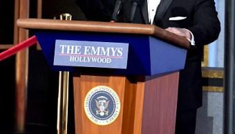 Exportavoz de la Casa Blanca se parodia a sí mismo en los Emmy