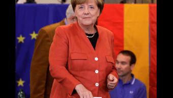 Angela Merkel emite su voto en las elecciones legislativas
