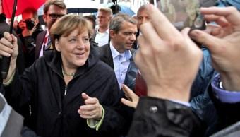 Mujer de 63 años trata de atacar a Merkel con un paraguas