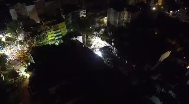 Un grupo de mexicanos canta 'Cielito Lindo' espontáneamente mientras buscan supervivientes