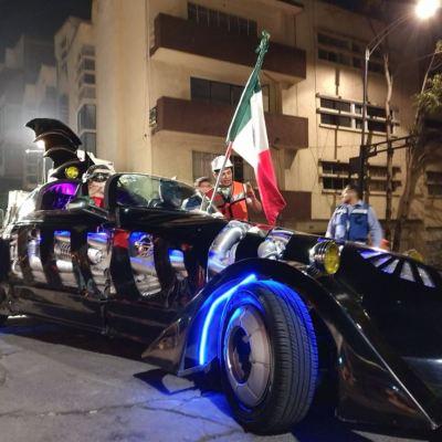 'Batman' entrega víveres para damnificados por el sismo en la CDMX