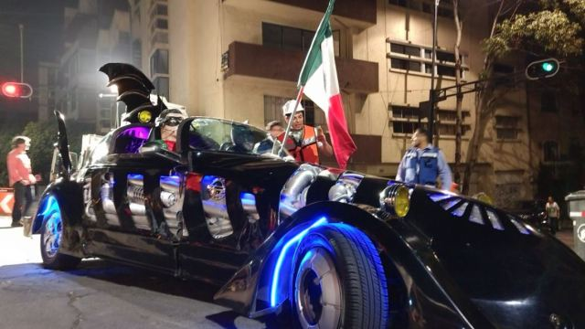 Batman entrega víveres para damnificados por el sismo en la CDMX