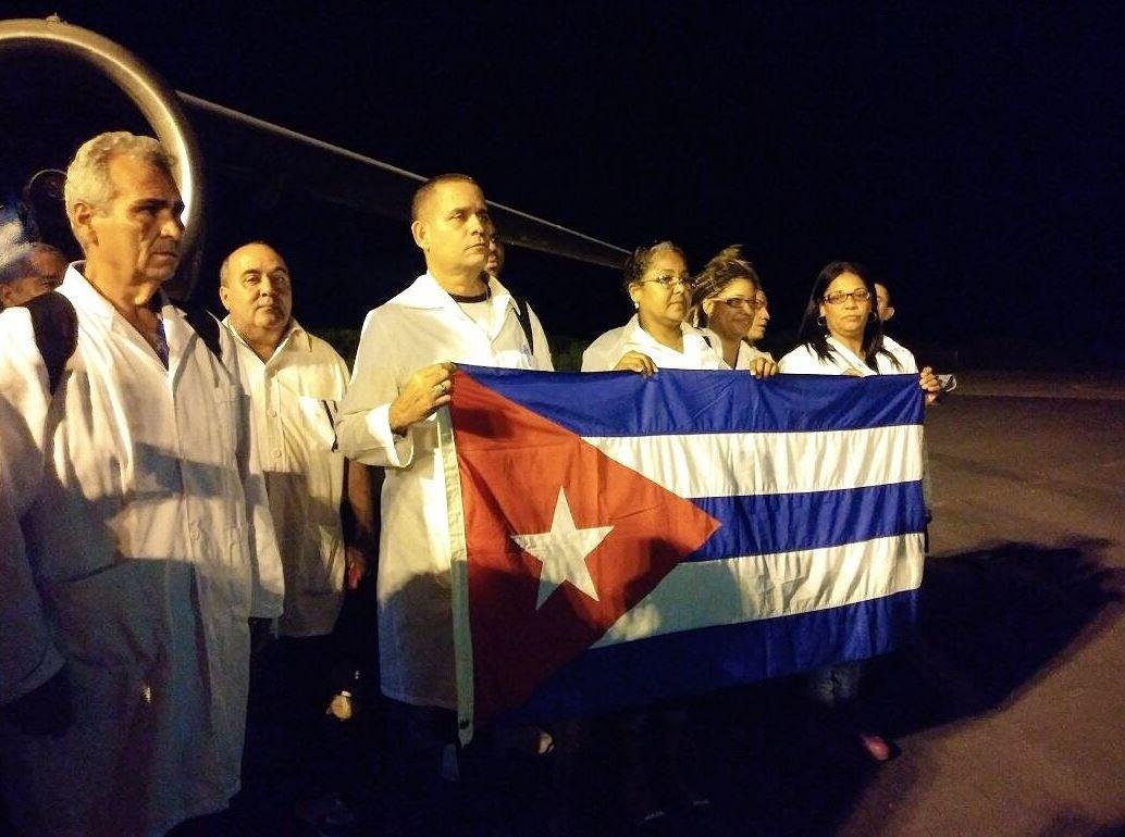 Llegan a Juchitán 40 médicos y especialistas cubanos para atender emergencia
