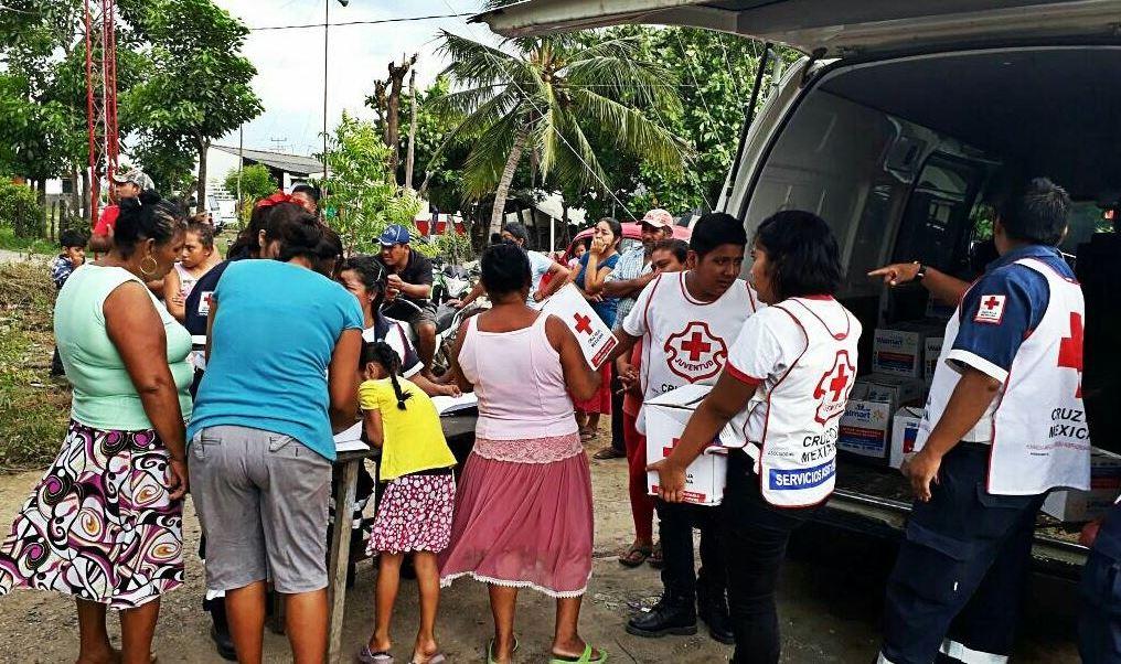 damnificados por el sismo reciben víveres de la creuz roja mexicana