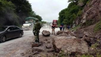 Derrumbe en la México-Acapulco provoca daños a vehículos