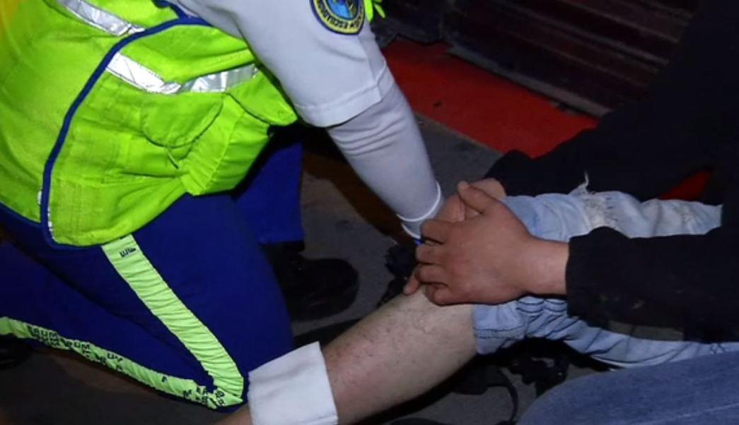 Después de dos días, hombre con bala en pierna pide ayuda médica