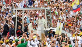 El papa Francisco saluda a fieles en Colombia