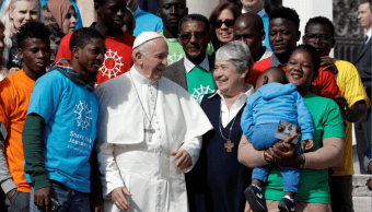 El papa saluda a un grupo de inmigrantes en la Plaza de San Pedro