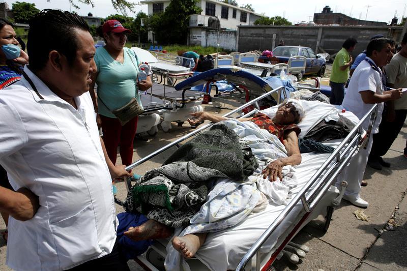 En Juchitán, Oaxaca, enfermos son atendidos afuera de un hospital