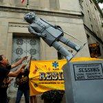 Dreamers derriban estatua fiscal Jeff Sessions