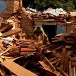 Habitantes de Juchitán logran sobrevivir de entre los escombros