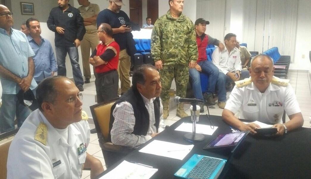 hector astudillo, gobernador de guerrero en reunion por huracan max