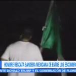 Hombre rescata bandera mexicana de entre los escombros en Juchitán