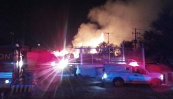 Incendio consume empresa de tarimas en Apodaca, NL