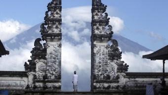 Crece éxodo en Indonesia por temor a erupción de volcán Agung