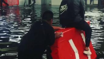 Niño cruza a usuarios del Metro Pantitlán para evitar que se mojaran