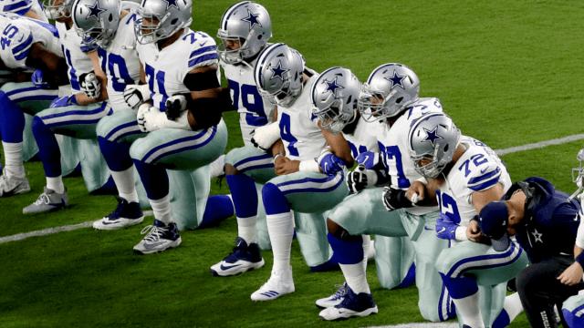 Jugadores de los Dallas Cowboys ponen una rodilla en el piso en señal de protesta