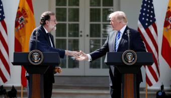 Mariano Rajoy y Donald Trump se saludan antes de ofrecer una conferencia