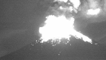 Volcán Popocatépetl arroja material incandescente y cenizas