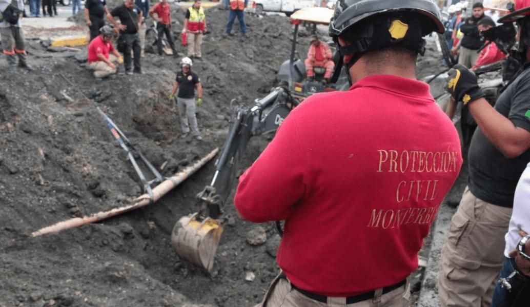 Familia cae a socavón en Monterrey; buscan a mujer