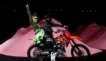 Rihanna entra en moto a la Semana de la Moda de NY