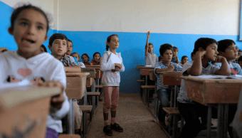 Ninos acuden por primera vez a la escuela en Al Raqa, Siria