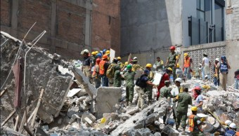 rescatistas laboran en un edificio colapsado de la colonia condesa