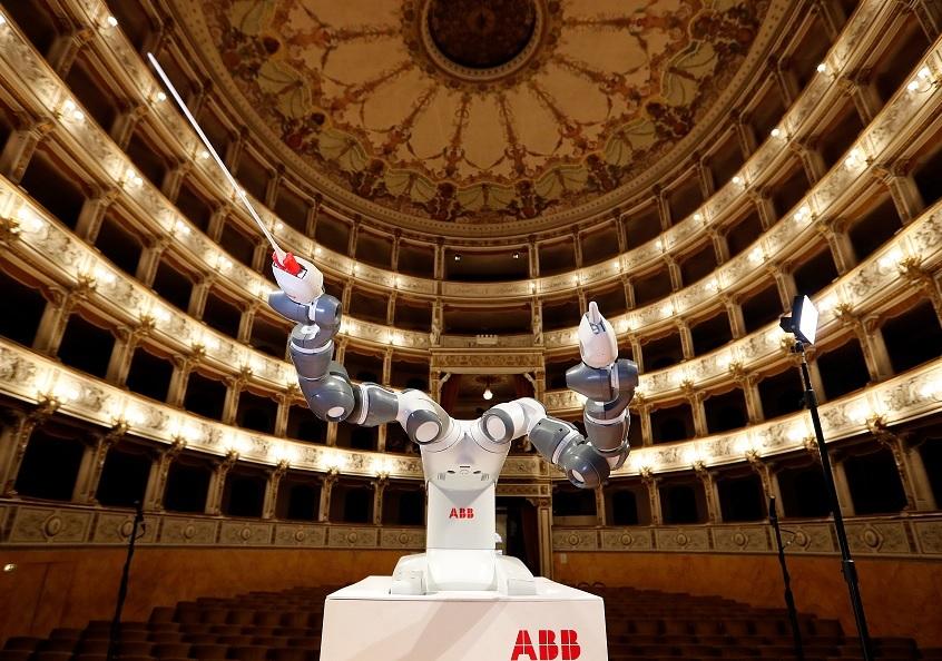 Robot humanoide dirige orquestra italiana junto al tenor Andrea Bocelli