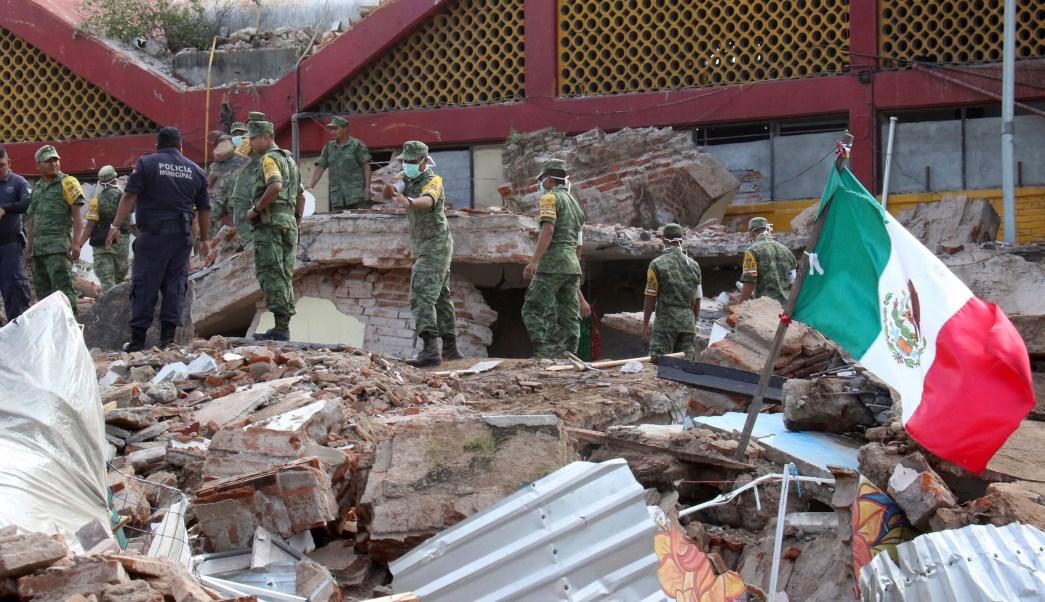 Soldados retiran escombros del palacio municipal de Juchitán, Oaxaca