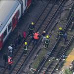 Trabajadores de emergencia evacuan tren cerca de la estación Parsons Green