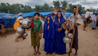 Una familia rohinyá llega a Bangladesh en busca de refugio