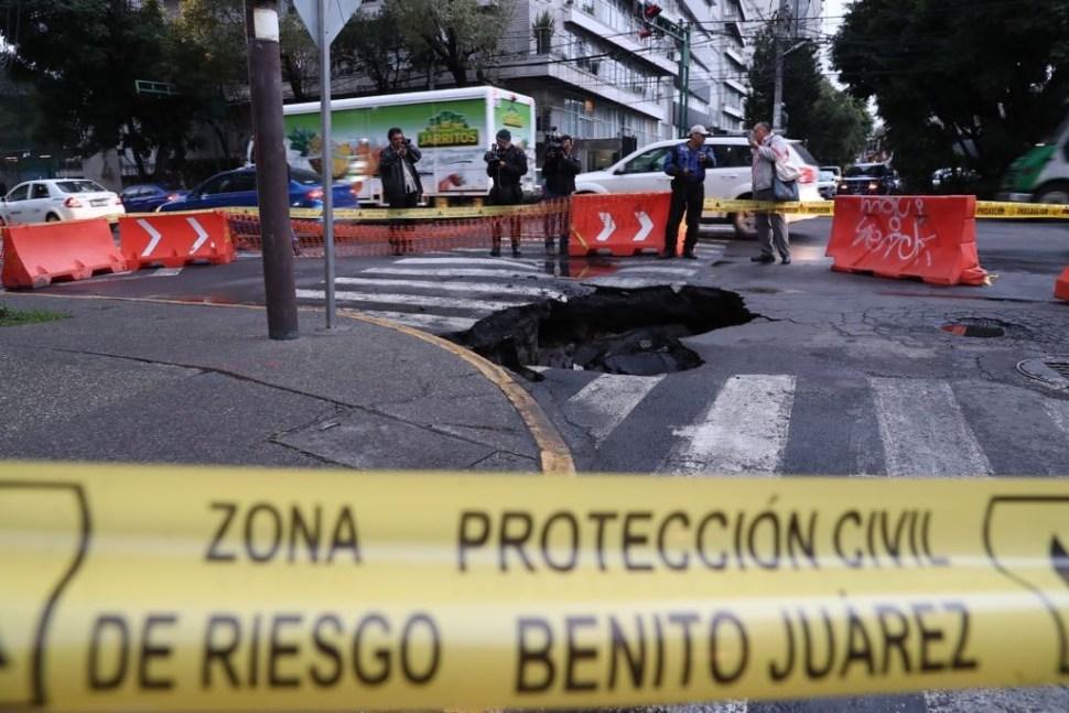 varias calles y edificios son afectados por socavones