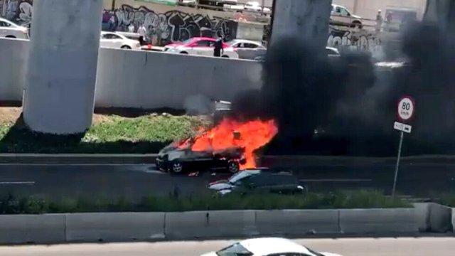 Vehículo incendiado en carriles centrales de Periférico