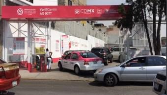 Autos hacen fila en verificentro de la CDMX