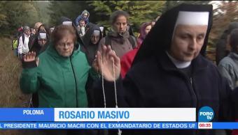 Miles de personas asisten a rosario masivo en Polonia