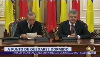 Recep Tayip Erdogan casi se duerme durante una conferencia de prensa