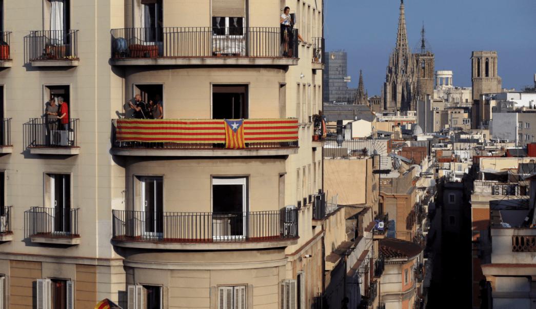 Balcón de un edificio residencial en Barcelona con la catedral al fondo