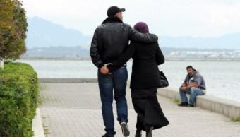 Encarcelan a pareja en Túnez por besarse en su coche